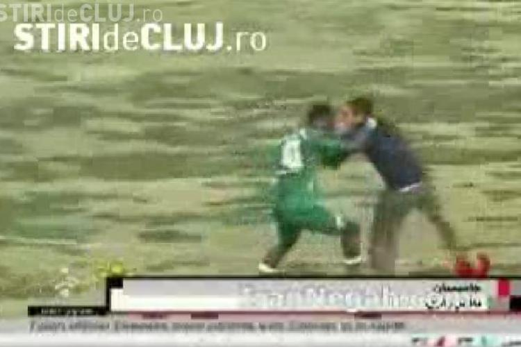 Un jucator de fotbal camerunez si-a pierdut controlul si i-a luat pe suporteri la bataie