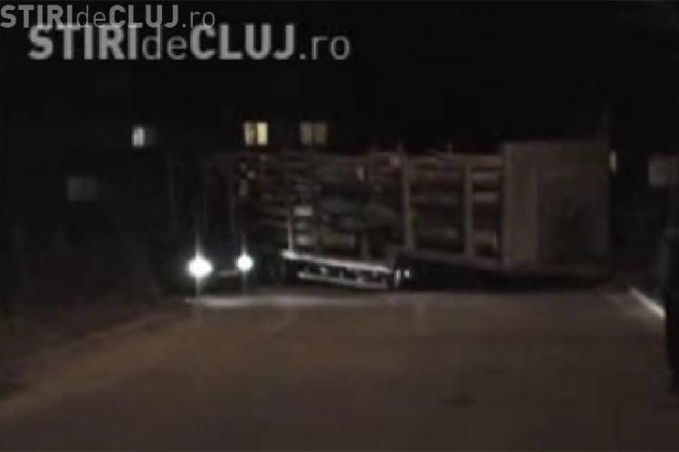 O remorca cu lemne s-a desprins si a blocat soseaua  din Buna Ziua- VIDEO