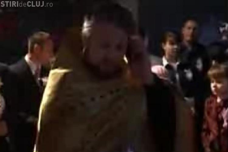 VIDEO - Un preot a intrerupt nunta pentru a vorbi la telefon