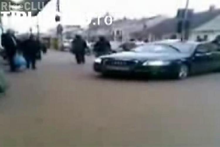 Smecherul de Cluj care a parcat pe trotuar in fata la SORA a fost dus la sectie, dar neaga ca a fost la volan - VIDEO