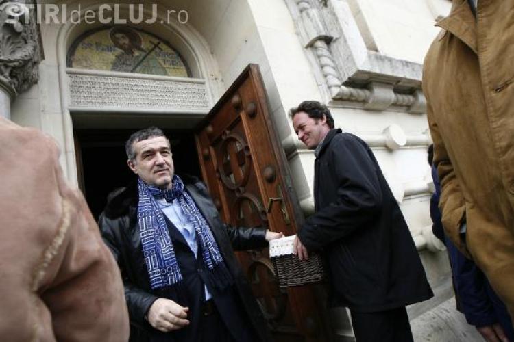 "Gigi Becali s-a rugat la biserica inainte de partida cu CFR Cluj si a ""lasat"" 500 de euro la cutia milei"