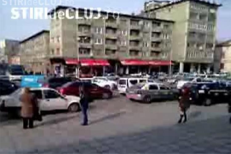 8 Martie a blocat Piata Lucian Blaga si strazile adiacente. Politistii au stat cu mainile in san - VIDEO