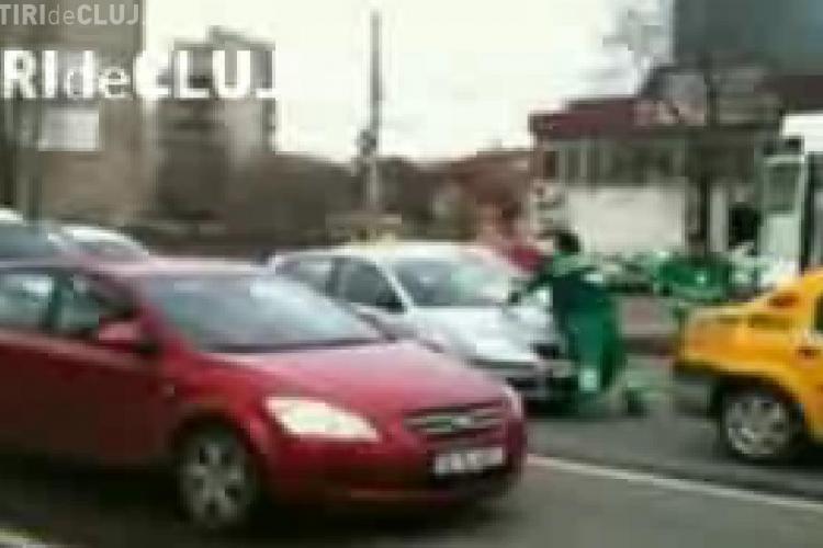 Scandal intre doi soferi si angajatii de la salubritate, in Bucuresti. Un sofer a spart gemul masinii de la REBu in plin trafic - VEZI VIDEO