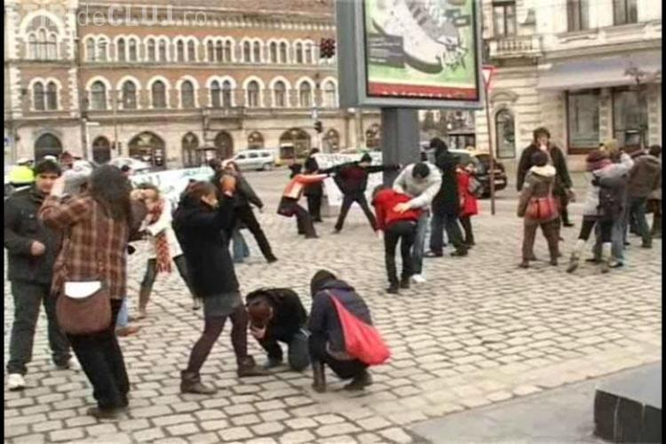 Protest impotriva violentei la Cluj! Un flash-mob impotriva violului, a discriminarii si a saraciei- VIDEO si Galerie FOTO