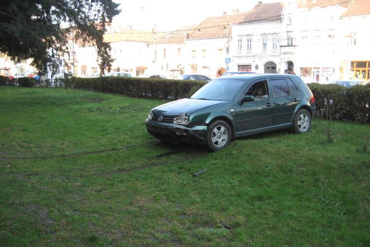 """O masina a distrus gardul parkingului din Piata Unirii si a fost la un pas sa intre in Biserica """"Sfantul Mihail"""" - VEZI FOTO"""