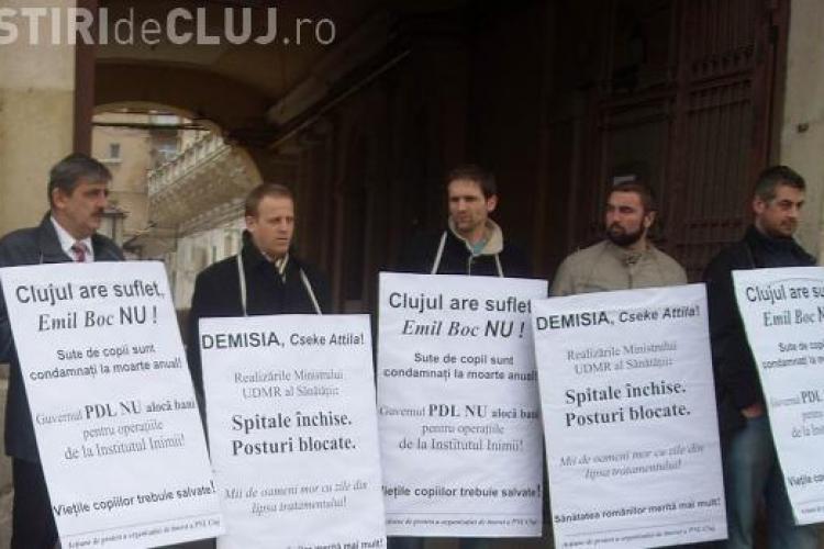 Liberalii, in frunte cu Horea Uioreanu, au protestat la sediul PDL Cluj, fata de criza financiara de la Institutul Inimii! - FOTO