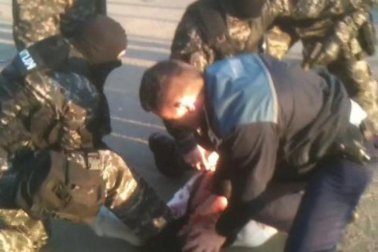 Gore ar putea fi arestat, dupa ce s-a taiat pe gat cu un cutit in plina strada! El a mai facut astfel de amenintari  - VEZI VIDEO
