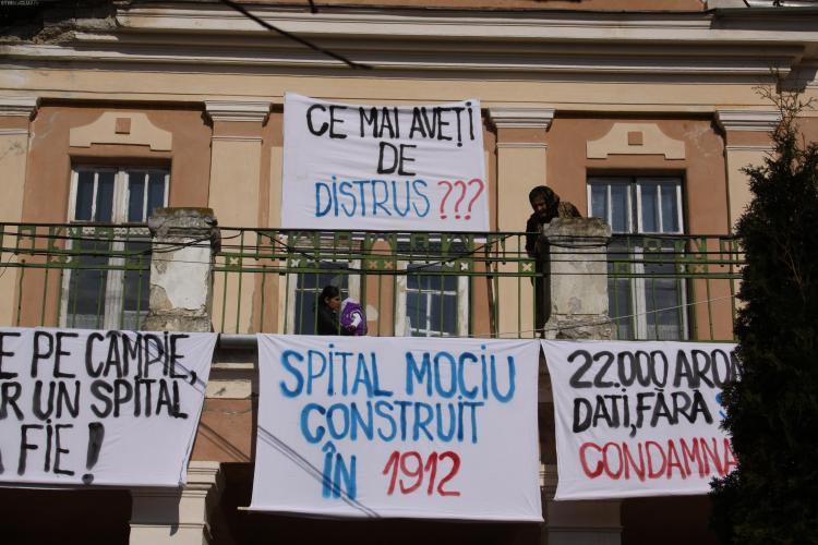 Protest la Mociu! 200 de oameni au iesit in strada si au cerut sa nu fie desfiintat spitalul! - VIDEO si FOTO