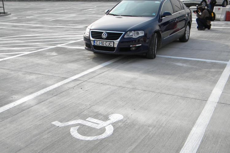 Presedintele Consiliului Judetean Cluj a inaugurat parkingul de la Aeroport in stil romanesc ... a parcat pe locurile cu handicap! - VIDEO si FOTO
