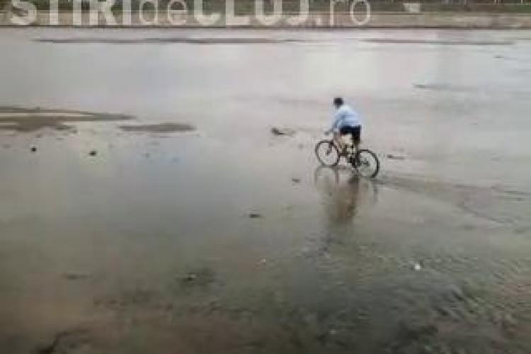 Ciclismul acvatic, inventat de un tanar din Cluj! Vezi cum pedaleaza prin Somes! - VIDEO