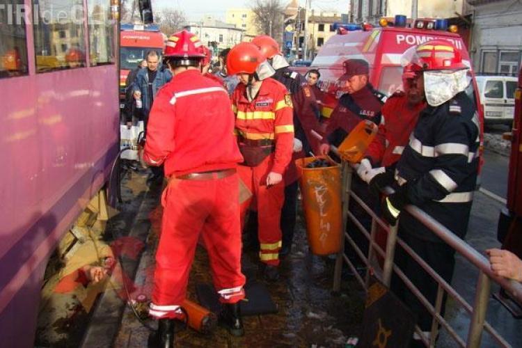 Un tramvai a deraiat la Iasi! O persoana a murit, doua sunt ranite si sase masini sunt avariate VIDEO
