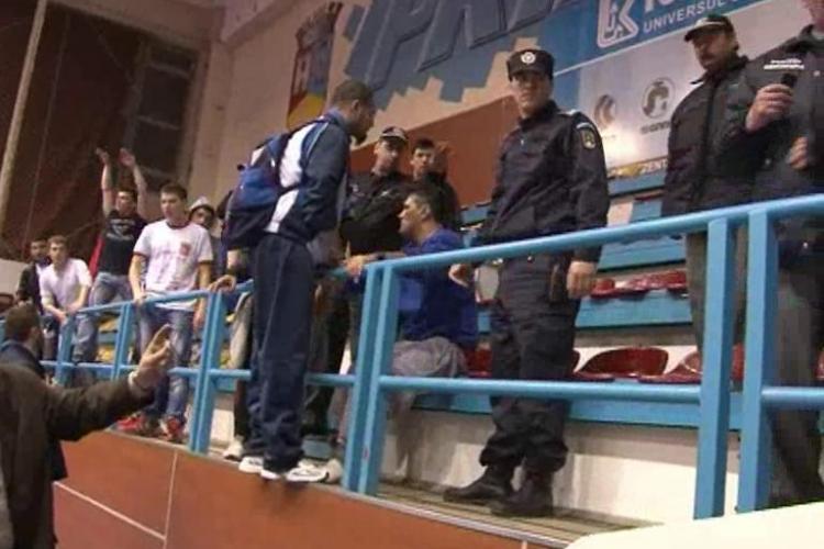 Imagini socante la meciul de volei Unirea Dej - Explorari Baia Mare! Un suporter a fost strans de gat de politistii comunitari - VIDEO