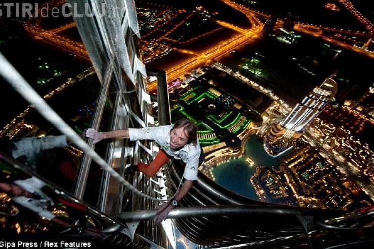 Vezi cum s-a catarat francezul Alain Robert pe Burj Khalifa din Dubai, cea mai inalta cladire din lume! VIDEO