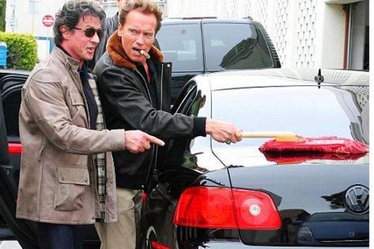 Sylvester Stallone l-a pus pe Arnold Schwarzenegger sa ii lustruiasca masina! FOTO