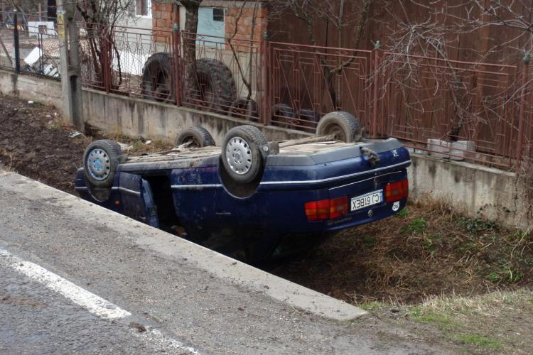 Accident intre vecini la Caianu Vama! O masina s-a rasturnat in sant, dupa ce a fost lovita violent - VEZI VIDEO si FOTO