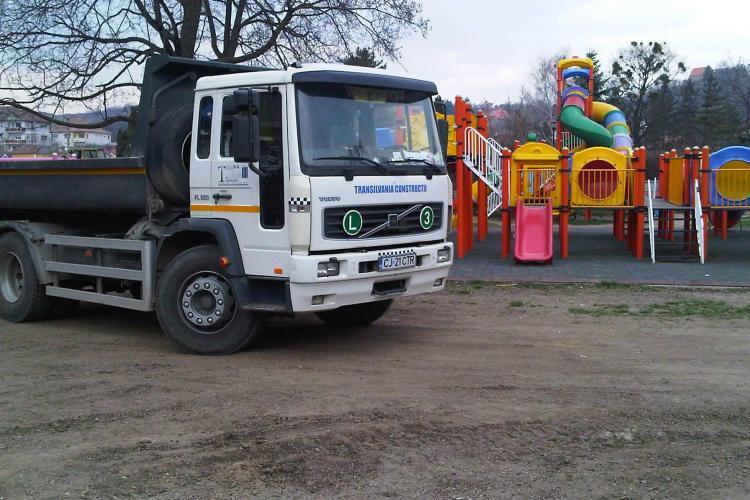 """Copiii se joaca in Parcul Central printre camioanele care lucreaza la stadionul """"Cluj Arena"""" - STIREA CITITORULUI"""