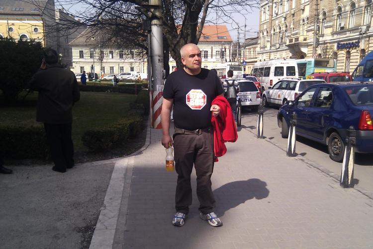 """Premierul asteptat in fata Catedralei Mitropolitane cu un tricou cu mesajul: """"Stop BOC!"""" - VIDEO si FOTO"""