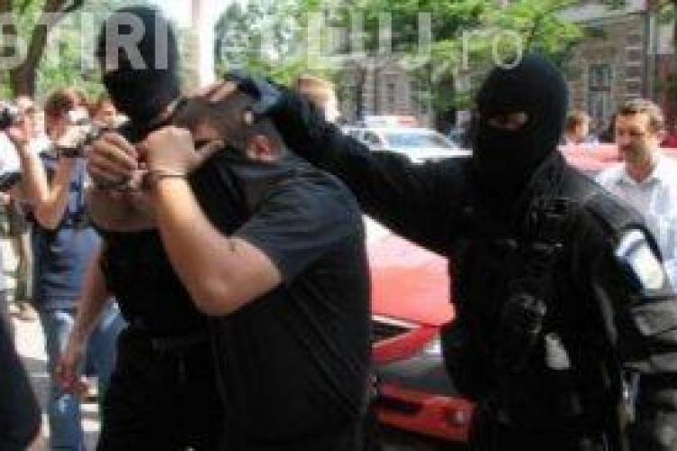 Doi recuperatori de bani, care au santajat un om de afaceri, au fost arestati la Cluj