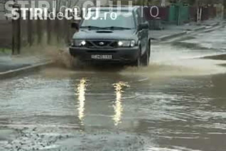 Case inundate in comuna Floresti! Canalele s-au revarsat, iar rahatul plutea pe strazi! Primaria le-a trimis oamenilor o pompa fara benzina! VIDEO