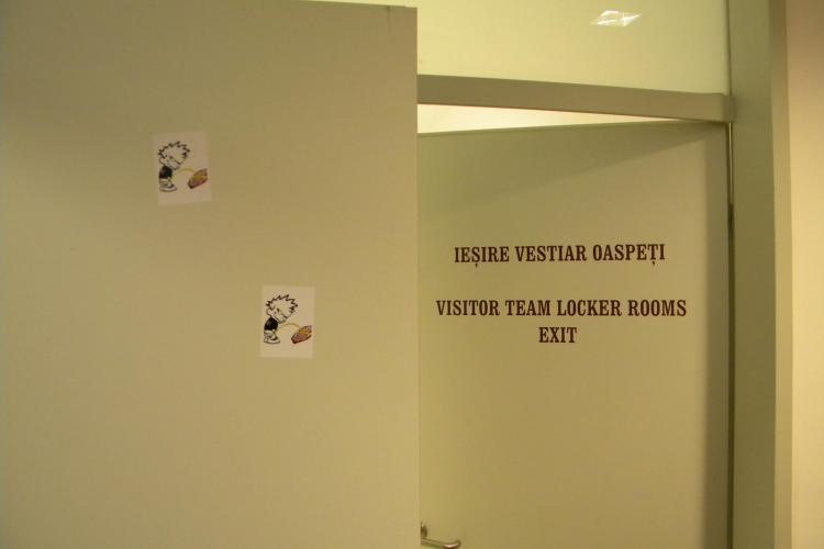 Jucatorii de la U Cluj au lipit in vestiar stickere cu un suporter U care urineaza pe sigla CFR - VIDEO si FOTO
