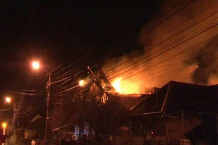 O casa din Dej a luat foc azi noapte, din cauza unui scurt circuit produs de furtuna abatuta asupra orasului - VIDEO