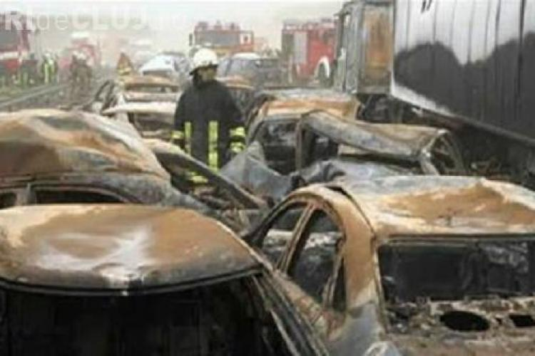Carambol pe o autostrada din Rostock, Germania: zece persoane au murit si 80 de masini s-au ciocnit VIDEO