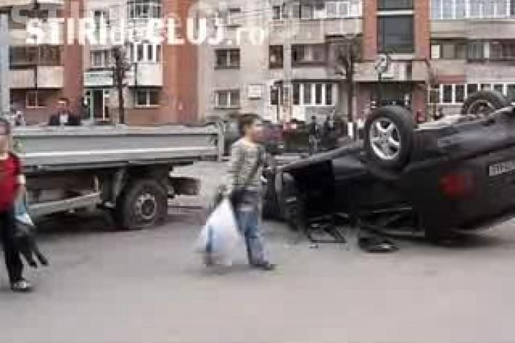 O tanara a fost ranita, iar o masina a ajuns cu rotile in sus in urma unui accident pe Calea Dorobatilor din Cluj-Napoca- VIDEO