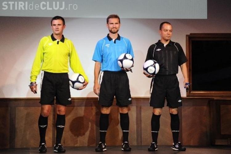 Replici ale tricourilor unor fotbalisti celebri la UMBRO, din 9 aprilie, la Iulius Mall din Cluj-Napoca (P)