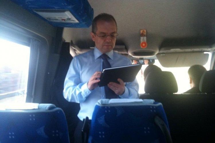 Udrea si Boc s-au fotografiat in autocar! VEZI FOTO