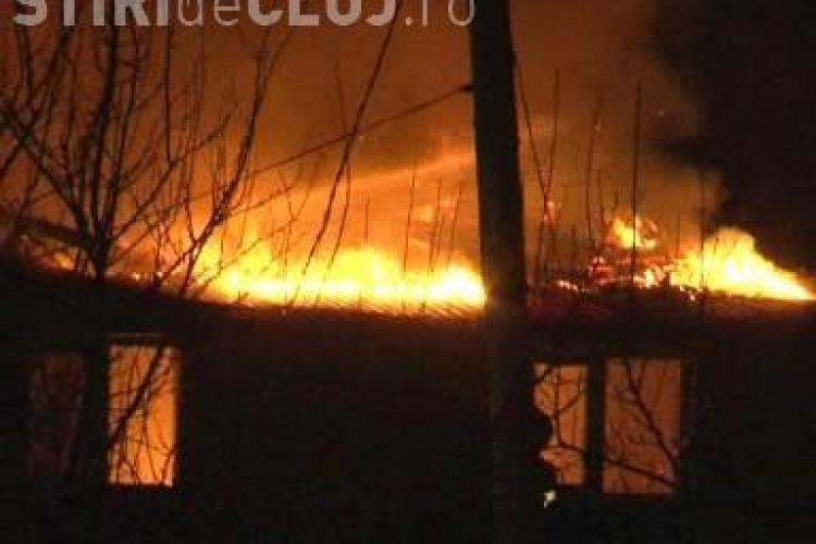Incendiu in Luna de Sus! Doi batrani s-au intoxicat si o casa a ars din temelii - VIDEO