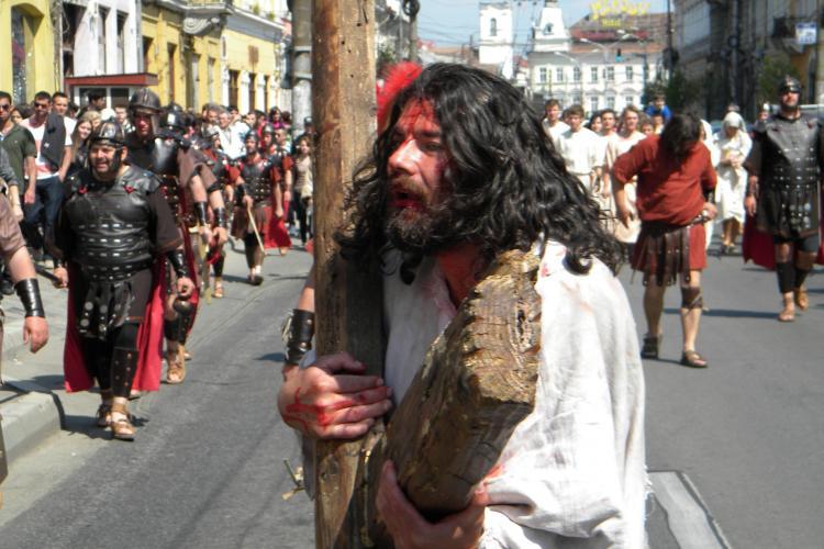 Drumul Crucii in varianta violenta, reconstituit  la Cluj Napoca de Asociatia crestina Eclesia - VEZI VIDEO si FOTO