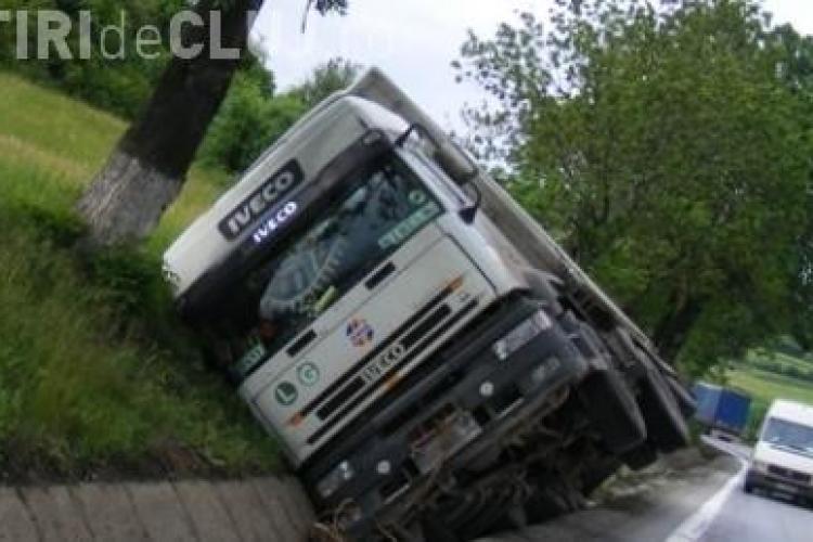Accident grav la Nadasel! Un TIR a iesit in decor si doua persoane au fost ranite