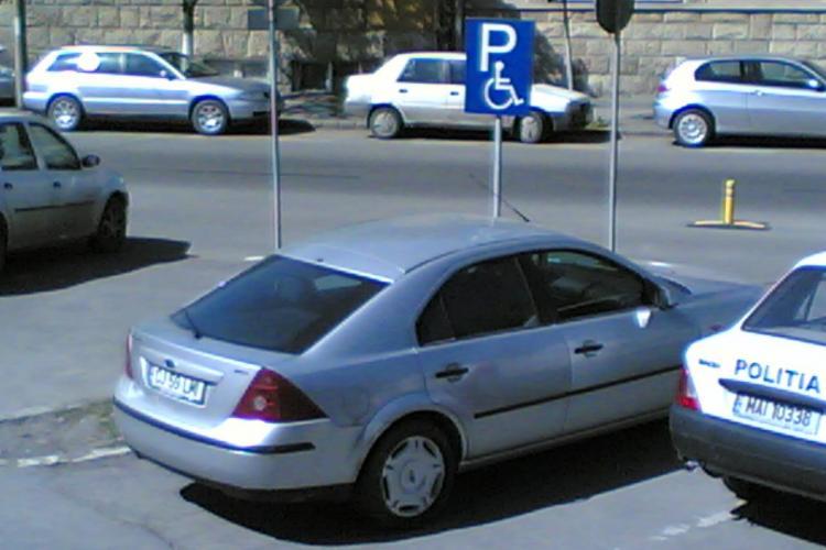 Seful Sectiei 1 de Politie, comisarul Laurentiu Moldovan, parcheaza pe loc cu handicap VEZI FOTO