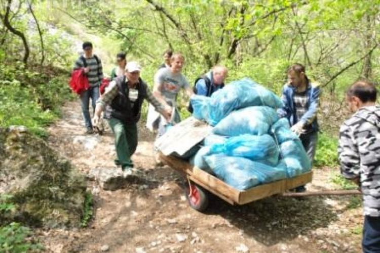Functionarii de la Consiliul Judetean Cluj au strans deseuri in Cheile Turzii VEZI FOTO
