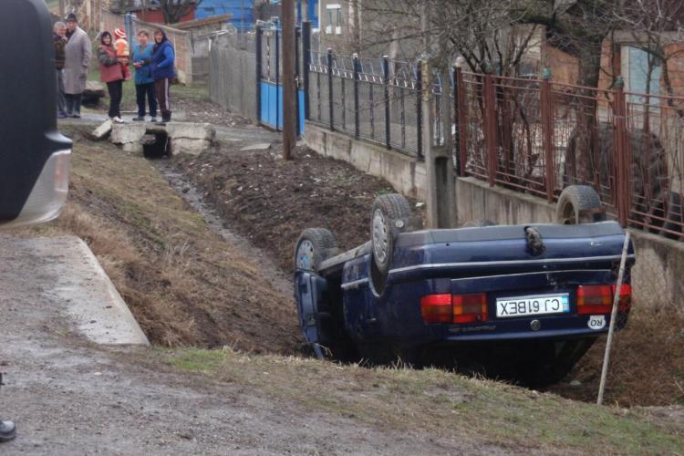 Accident la Martinesti! Un sofer s-a rasturnat cu masina pe marginea drumului