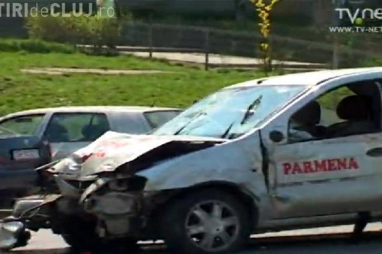 Instructorul unei scoli de soferi a distrus semaforul de la intersectia Calea Floresti cu strada Taberei! - VIDEO