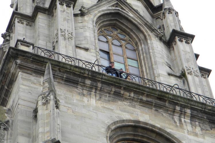 """O tanara si-a fracturat piciorul in timp ce urca in turnul bisericii """"Sfantul Mihail"""" - VEZI cat de subrede sunt scarile - VIDEO si FOTO"""