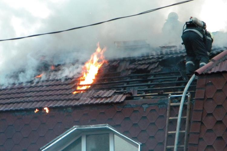 O casa a luat foc pe strada Tipografiei din Cluj-Napoca! VEZI VIDEO si FOTO