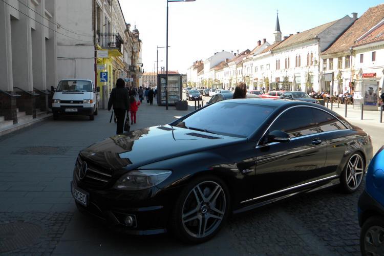 Smecher de Eroilor! Un sofer si-a parcat bolidul Mercedes AMG pe trotuar VEZI VIDEO si FOTO