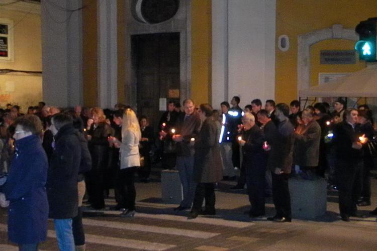 """Credinciosii greco-catoloci au luat lumina de la Catedrala """"Schimbarea la Fata""""! VEZI cum au inconjurat locasul de cult - VIDEO"""