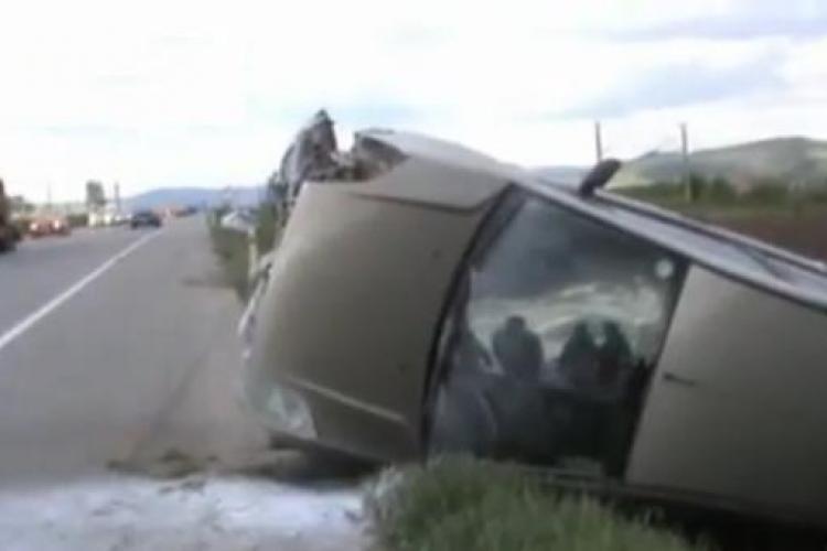 """Accident intre Iclod si Livada! O masina s-a rasturnat, iar a doua a """"esuat"""" in sant - VIDEO"""