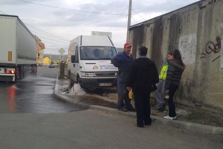 """Avarie pe strada Constantin Brancusi! """"Muncitorii de la apa stateau la taclale"""" STIREA CITITORULUI - FOTO"""