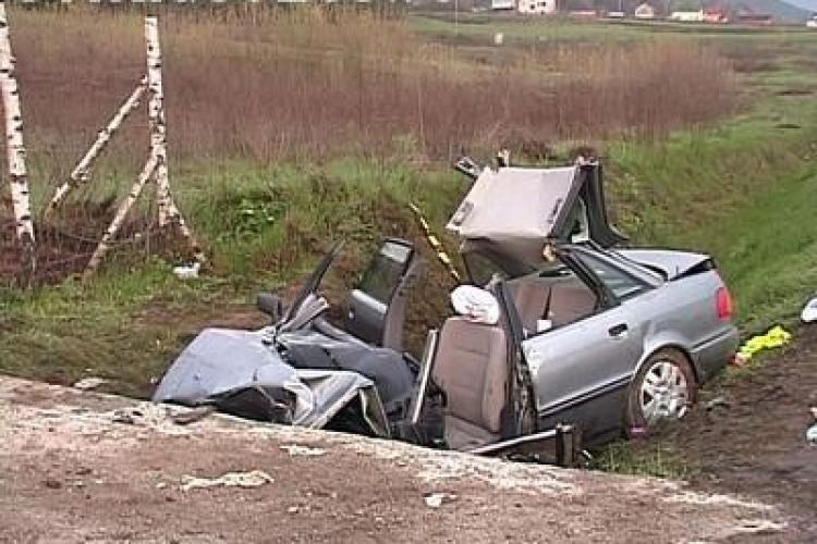 Doua persoane au fost ranite intr-un accident in localitatea clujeana Paniceni, dupa ce soferul a intrat cu masina intr-un cap de pod!