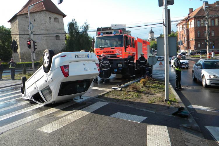 Accident in Piata Baba Novac! O masina s-a rasturnat si un semafor a fost demolat VIDEO si FOTO