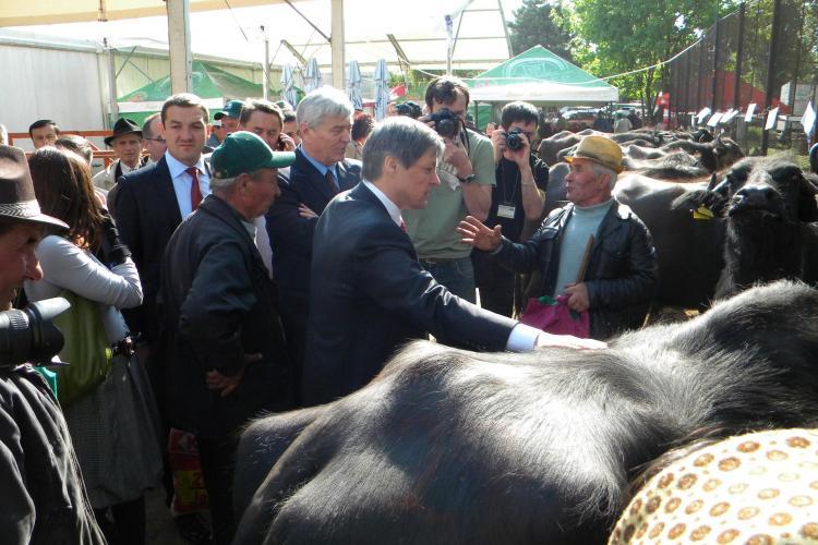 Dacian Ciolos, comisarul european pentru agricultura, a mancat branza la Targul Agraria de la Cluj si a dat sfaturi! VIDEO