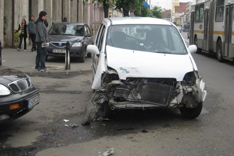 Taximetru lovit de un autobuz in fata la Prefectura Cluj! VIDEO