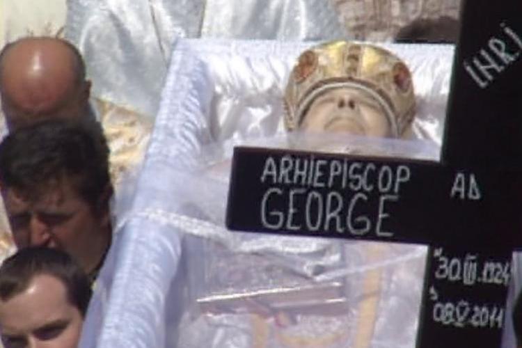 Arhiepiscopul George Gutiu, condus pe ultimul drum de sute de credinciosi intr-o ceremonie impresionanta - VIDEO