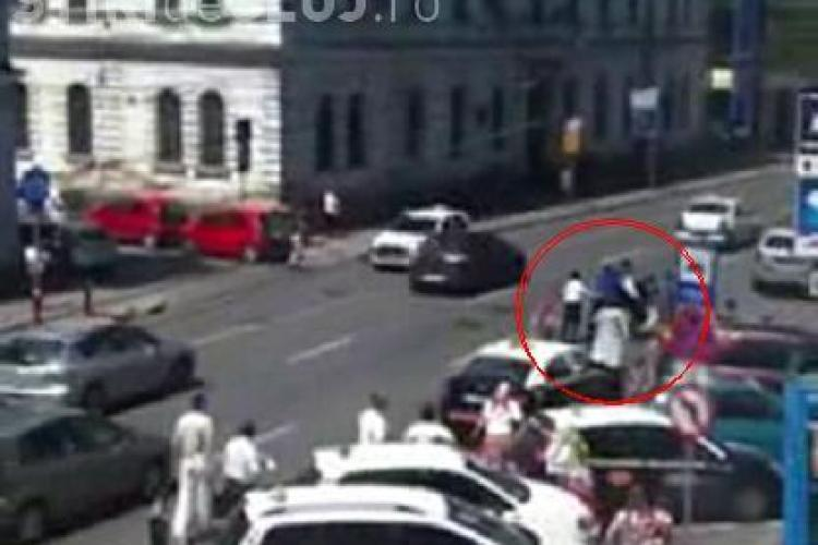 Bataie in centrul Clujului! Un barbat a fost batut de tigani in fata magazinului Central VEZI VIDEO si FOTO