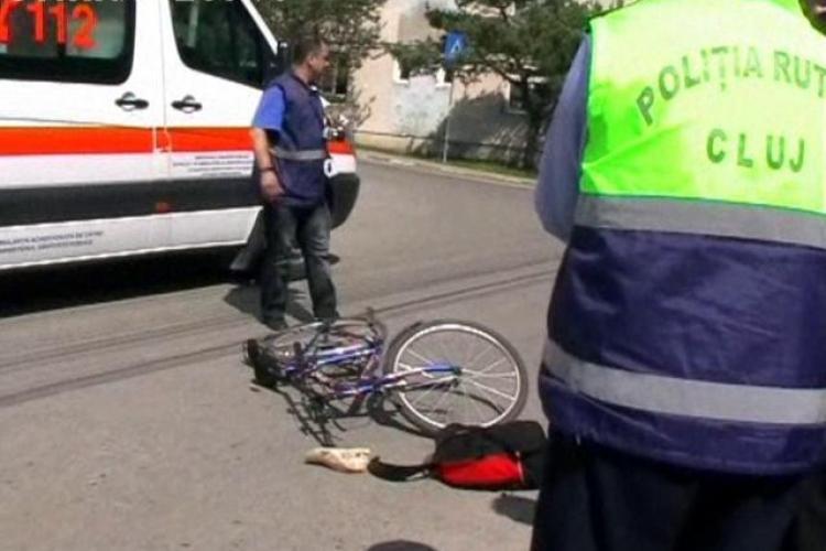 Biciclist ranit grav in Dej! A scapat vehiculul de sub control si s-a izbit de un taximetru - VIDEO