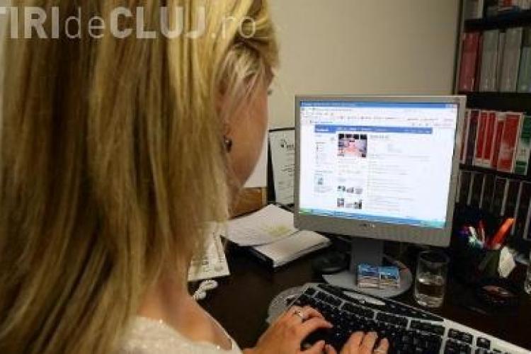 Functionari cercetati pentru ca au stat pe Facebook la serviciu!